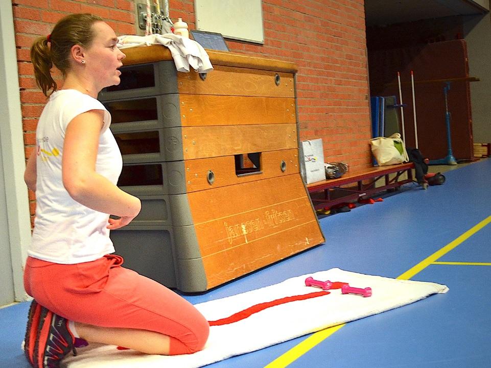 Fysiotherapeut Maaike uitleg training Zoetermeer